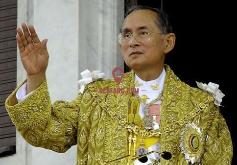普密蓬国王是泰国前国王拉玛八世阿南塔-玛希敦之弟