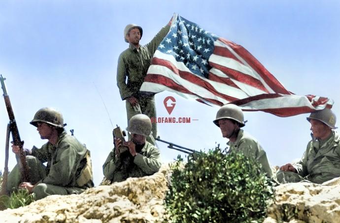 这是美国国旗插上硫磺岛雕塑,如果用了现代的美国国旗,那就错了。 根据美国1818年4月4日通过的《国旗法》,每一个州加入合众国就在国旗上加上一颗星,但只能在7月4日美国独立日这一天对国旗作出更改。 1912年7月4日两颗星代表的亚利桑那州、新墨西哥州代表加入美国国旗,变成如下的48颗。