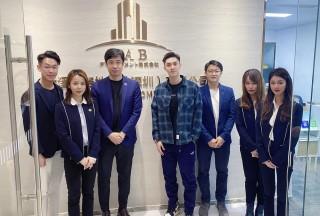 香港知名歌手关楚耀到访参观JAB集团深圳办公室